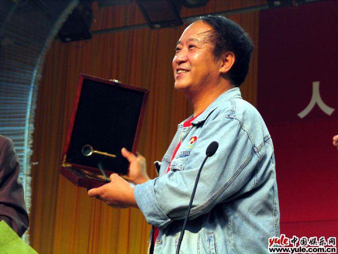 牛群和妹妹牛莉图片_牛群_明星档案_写真_图片_资料_照片_中国娱乐网