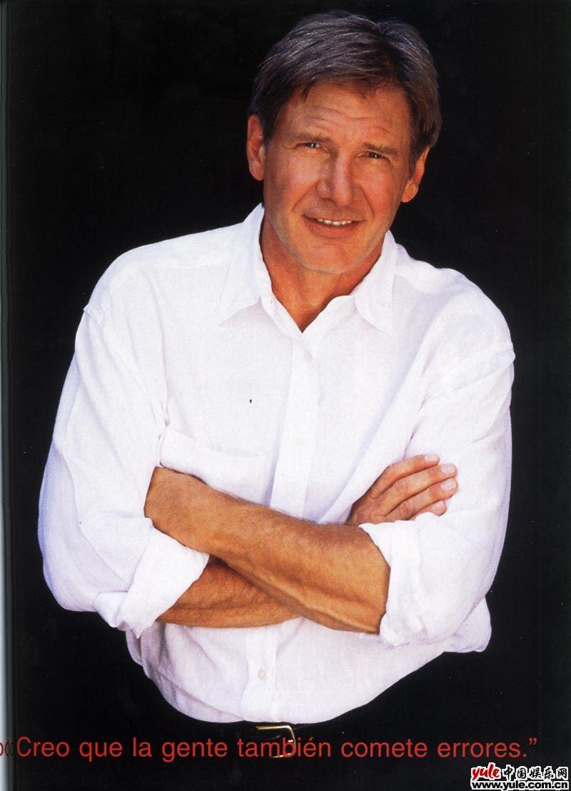 个人简介: 原名:哈里森·福特(Harrison Ford) 出生日期:1942年7月13日 出生地点:美国伊利诺依州芝加哥市 主要作品:《星球大战》、《法柜奇兵》、《亡命天涯》、《空军一号》、《银翼杀手》、《目击者》 1942年7月13日,哈里森·福特出生在美国芝加哥市,父亲是一名爱尔兰天主教徒,母亲则是俄裔犹太人。哈里森还有一个比他小三岁的弟弟。少年时,福特对表演没什么兴趣,也不很喜爱看电影,常常喜欢独来独往。中学毕业后,他离开芝加哥,到威斯康辛州的Ripon大学就读,学习