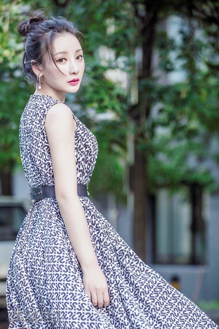 """柳岩""""问号裙""""丸子头阳光下踢腿 (6)"""