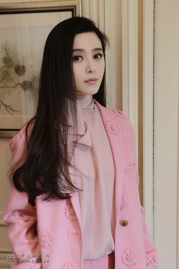 范冰冰亮相Valentino大秀 粉色套装少女感再升级 (1)
