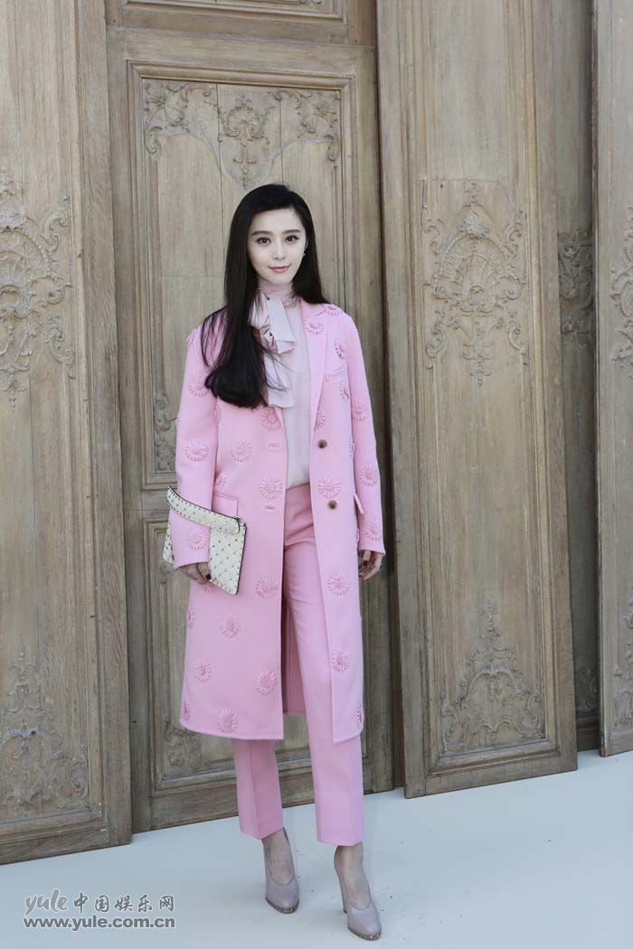 范冰冰亮相Valentino大秀 粉色套装少女感再升级 (7)