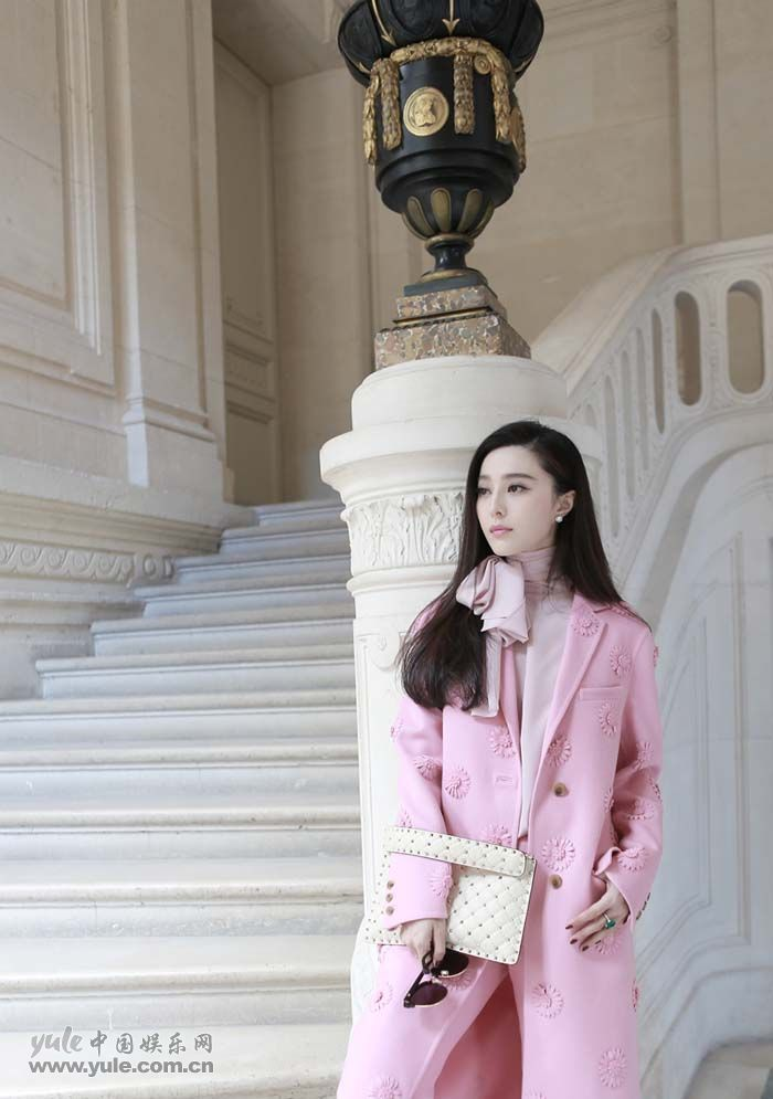 范冰冰亮相Valentino大秀 粉色套装少女感再升级 (9)
