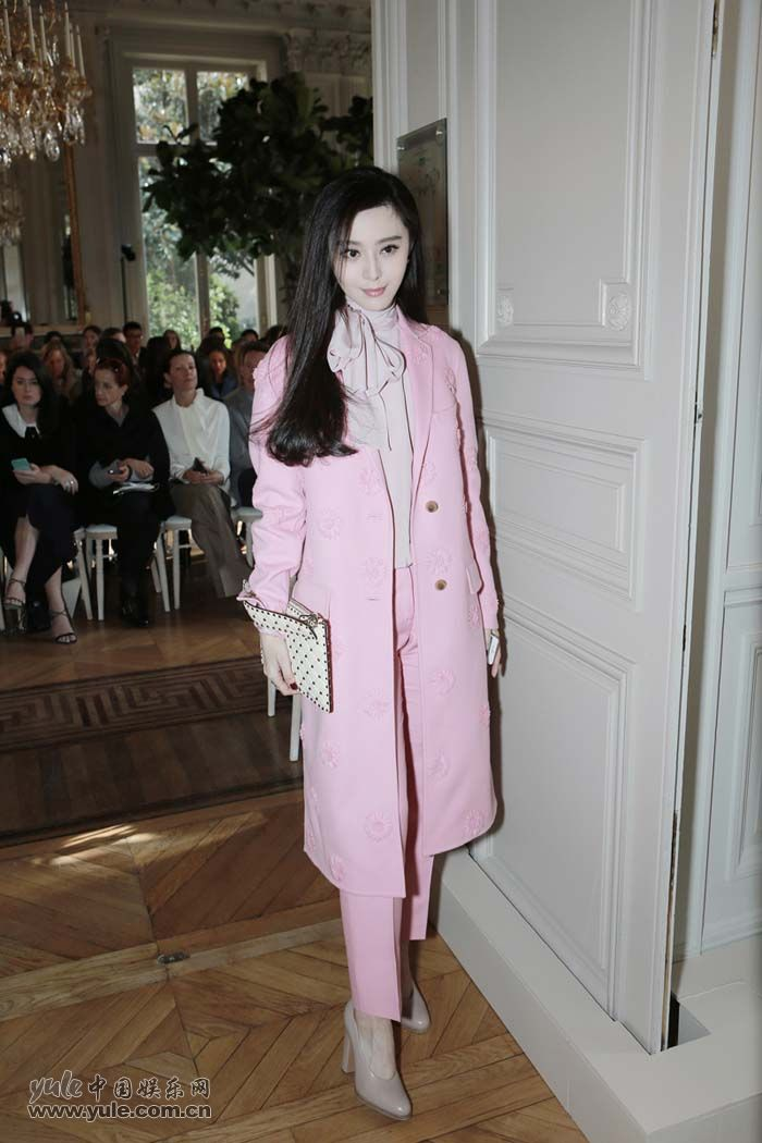范冰冰亮相Valentino大秀 粉色套装少女感再升级 (11)