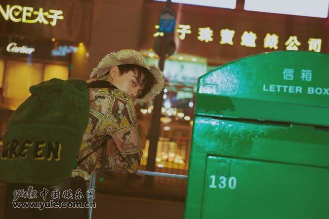 吴磊最新街拍像电影画面