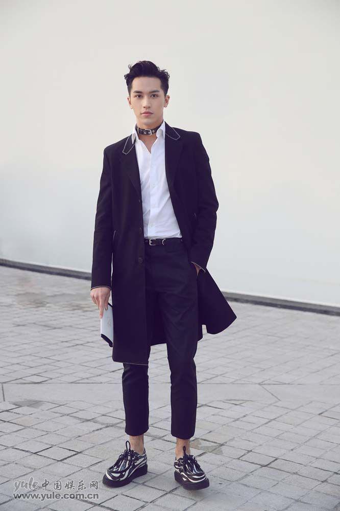 1 许魏洲现身巴黎时装周 黑西装白衬衫尽展完美身材