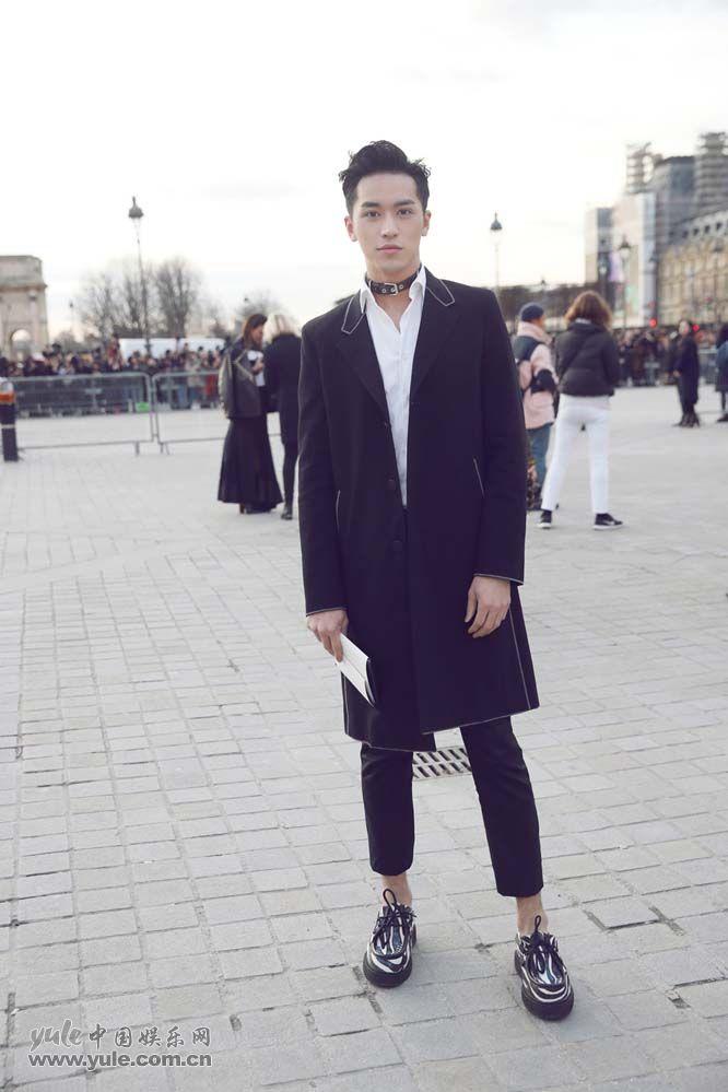 4 许魏洲现身巴黎时装周 黑西装白衬衫尽展完美身材