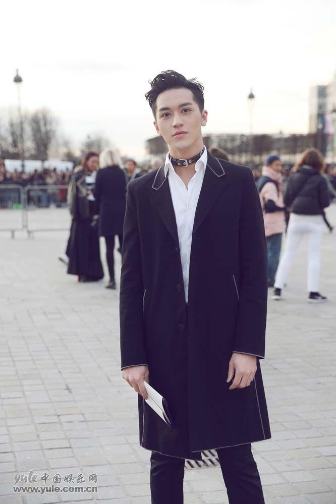 3 许魏洲现身巴黎时装周 黑西装白衬衫尽展完美身材
