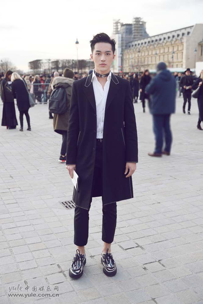 2 许魏洲现身巴黎时装周 黑西装白衬衫尽展完美身材