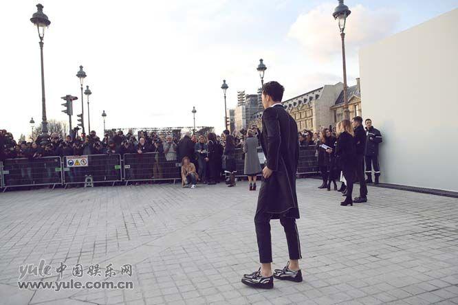 6 许魏洲现身巴黎时装周 黑西装白衬衫尽展完美身材