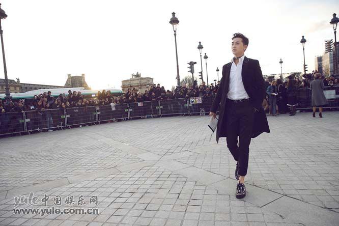 7 许魏洲现身巴黎时装周 黑西装白衬衫尽展完美身材