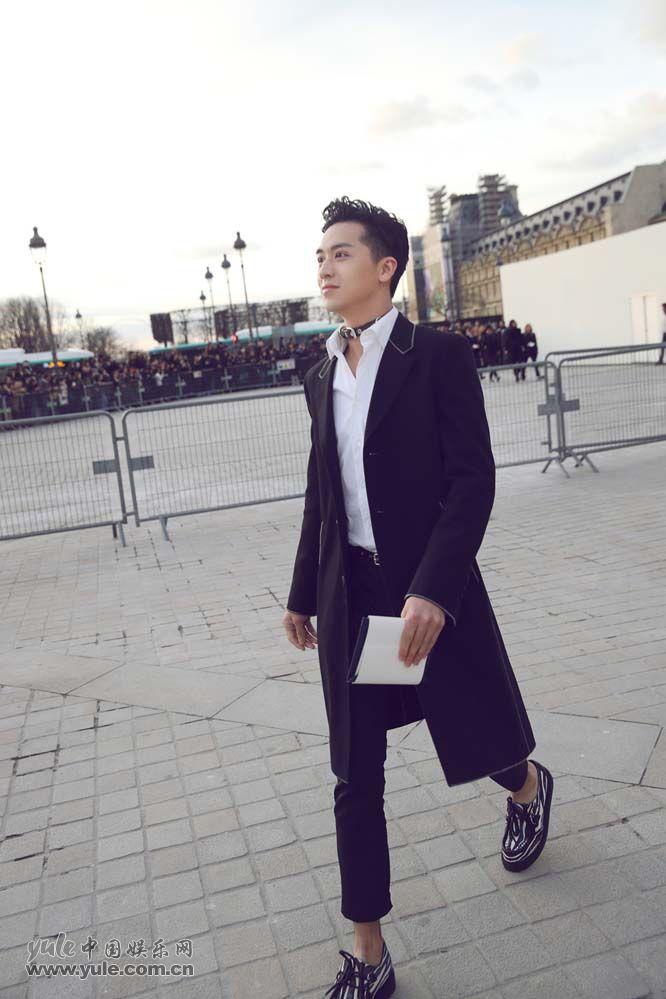 5 许魏洲现身巴黎时装周 黑西装白衬衫尽展完美身材