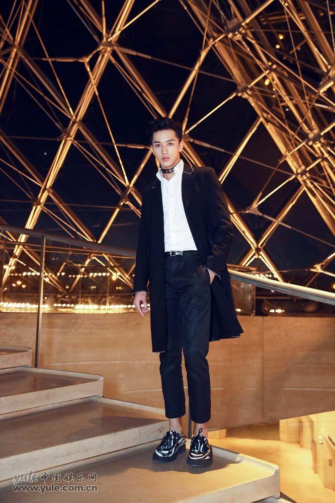 9 许魏洲现身巴黎时装周 黑西装白衬衫尽展完美身材