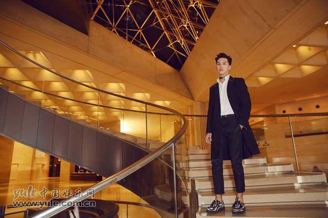 8 许魏洲现身巴黎时装周 黑西装白衬衫尽展完美身材
