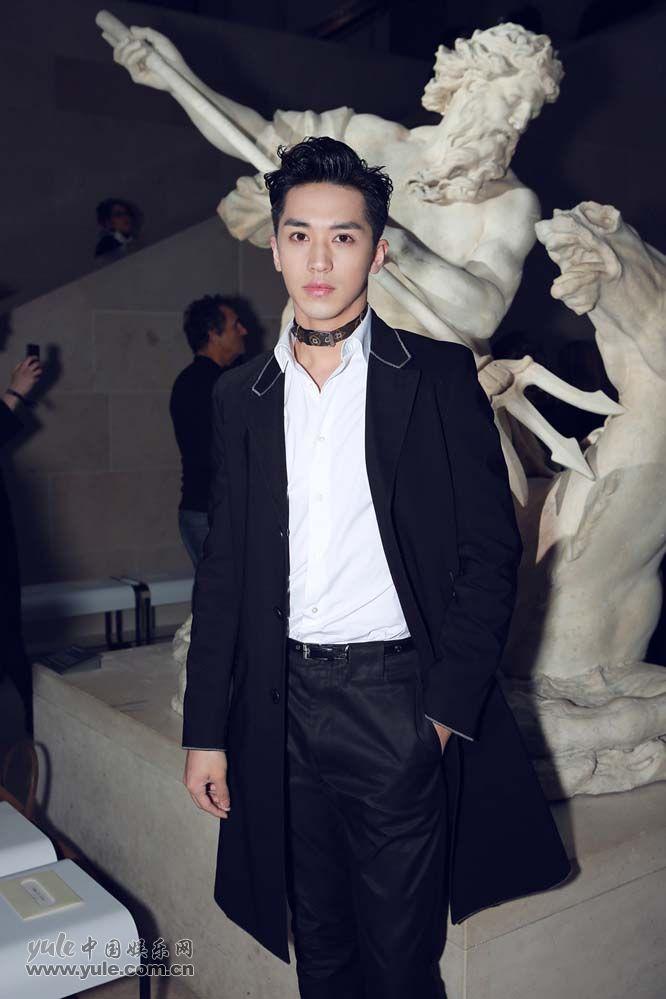 10 许魏洲现身巴黎时装周 黑西装白衬衫尽展完美身材