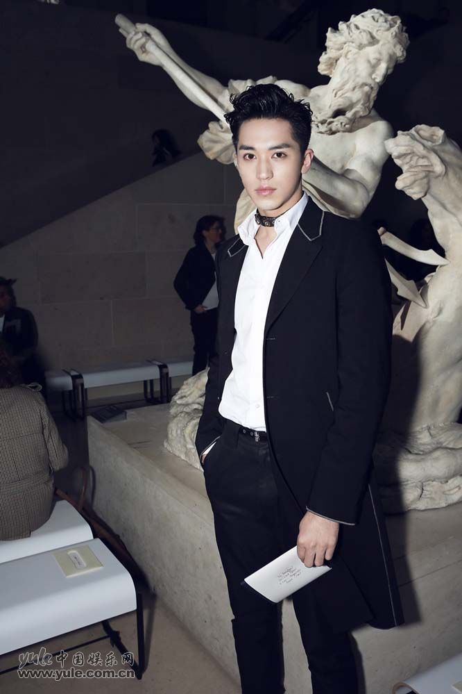 12 许魏洲现身巴黎时装周 黑西装白衬衫尽展完美身材