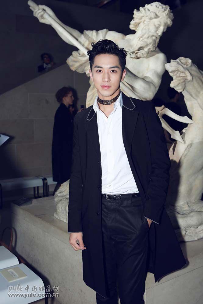 11 许魏洲现身巴黎时装周 黑西装白衬衫尽展完美身材