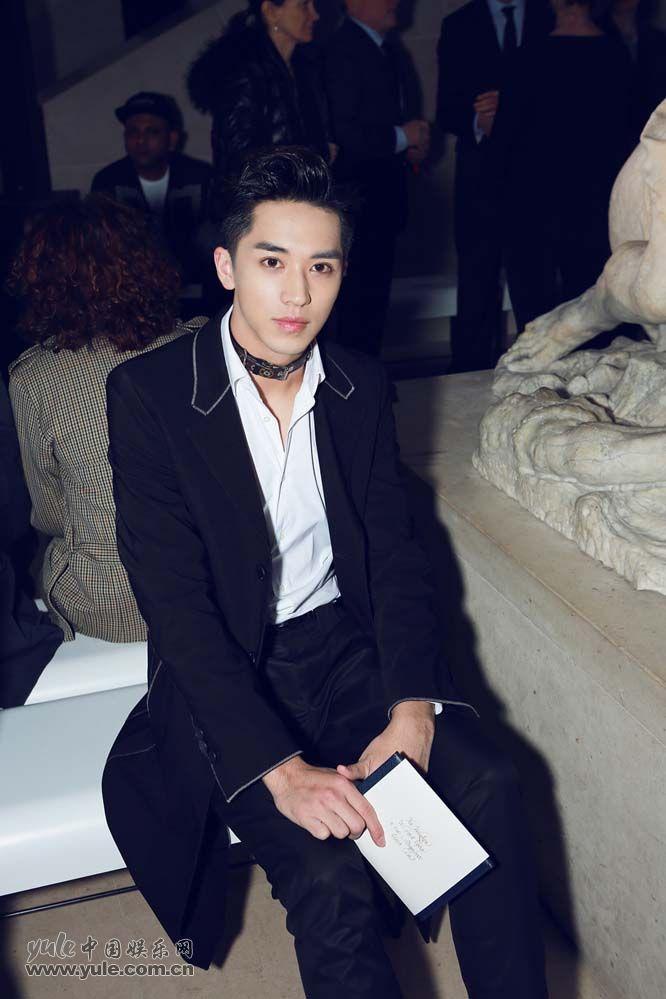 13 许魏洲现身巴黎时装周 黑西装白衬衫尽展完美身材