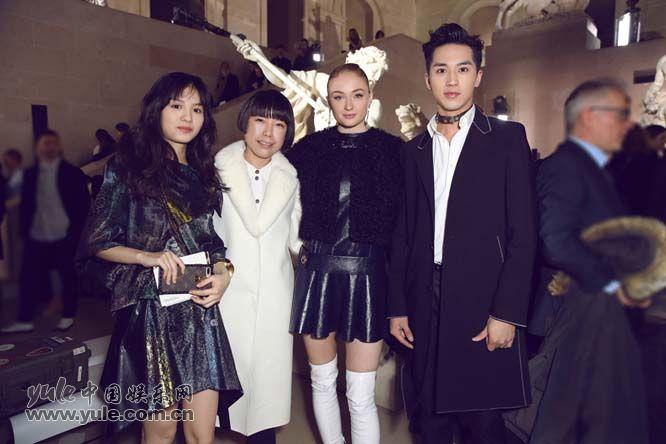 15 许魏洲现身巴黎时装周 黑西装白衬衫尽展完美身材
