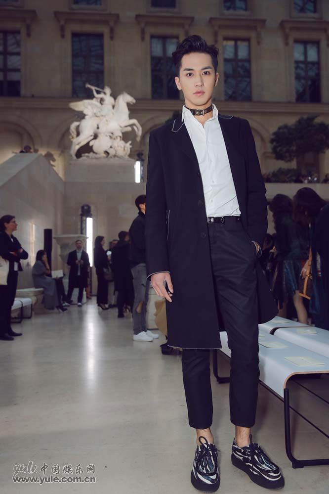 14 许魏洲现身巴黎时装周 黑西装白衬衫尽展完美身材