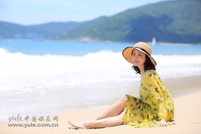 4 杨若兮坐在沙滩上露笑容