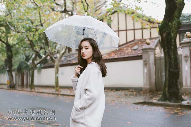 吕一雨中漫步
