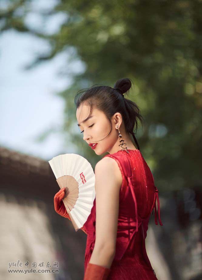 """姚星彤""""中国红""""写真"""