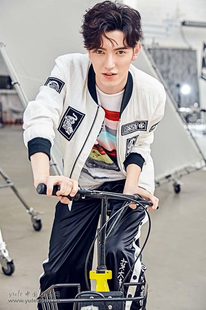 聚来提骑自行车青春朝气足 (1)