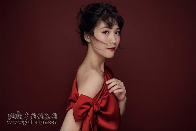 悦悦新年大红写真 大秀美肩