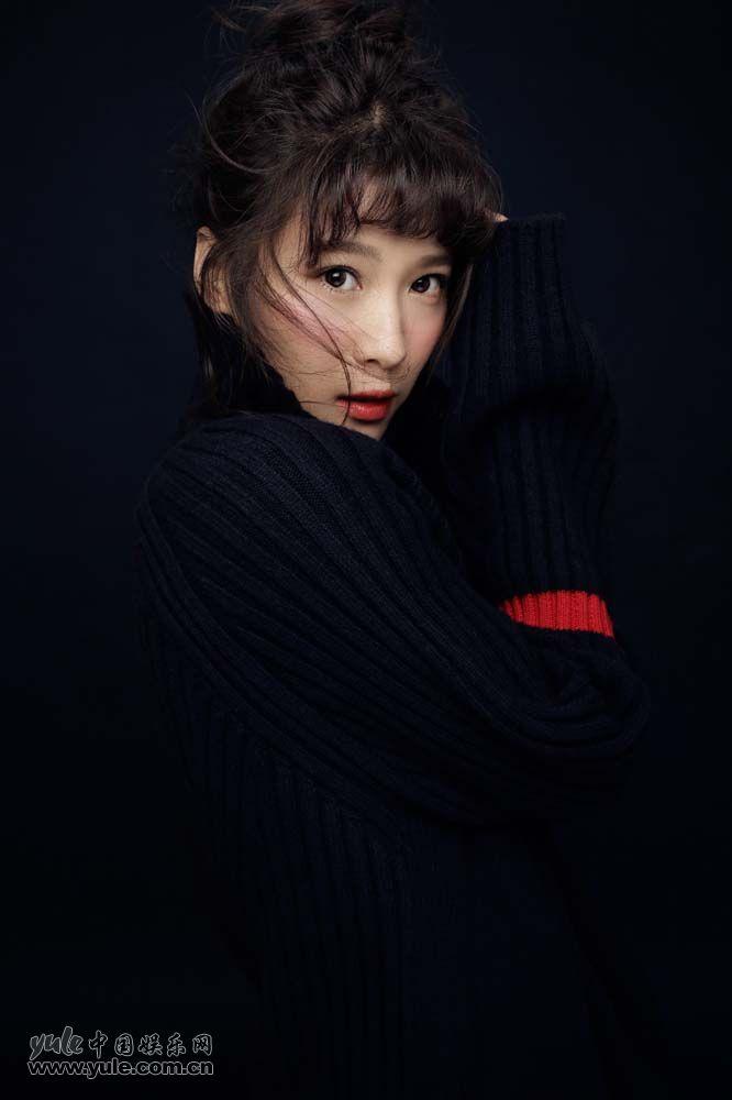 悦悦新年健康写真 藏青色高领毛衣很时尚
