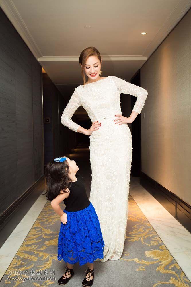 郑希怡与女儿搞怪