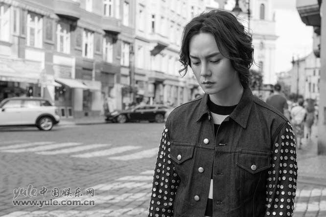 尹正漫游在布拉格街头