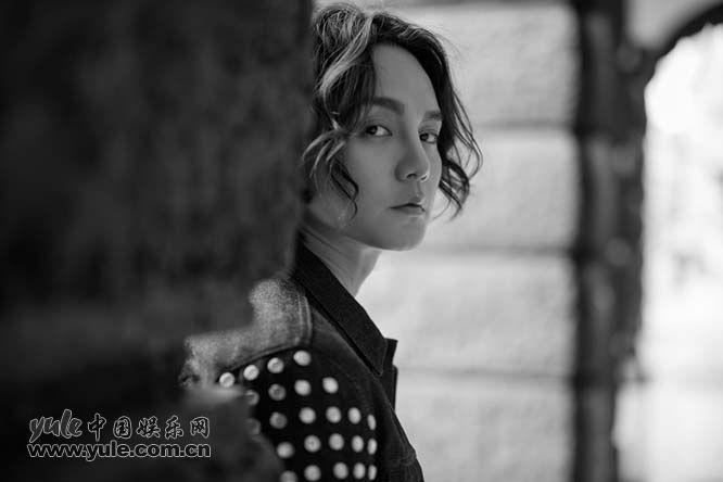 尹正秋日黑白写真