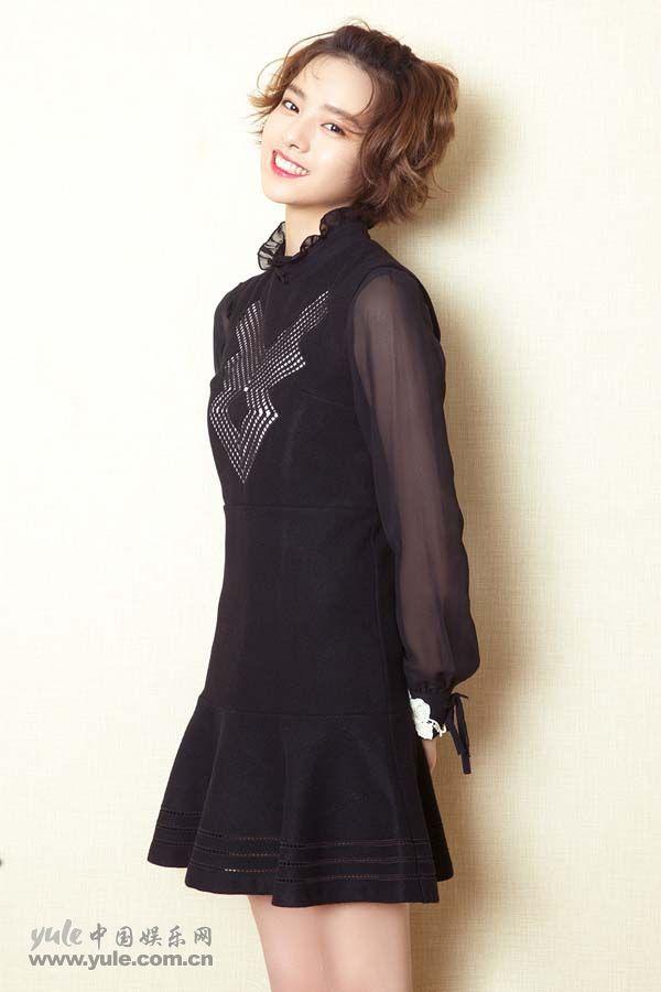 张艺上黑色小礼裙造型