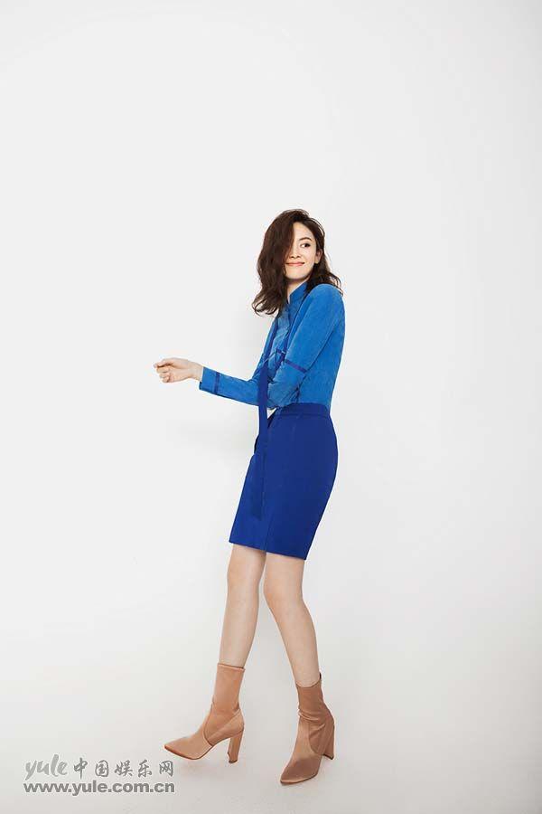 郝好身穿设计感十足的蓝色短裙