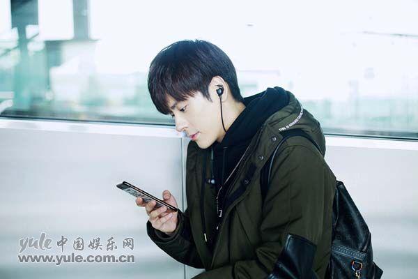 魏哲鸣玩手机