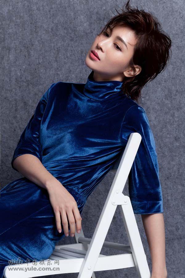 童蕾蓝色丝绒长裙