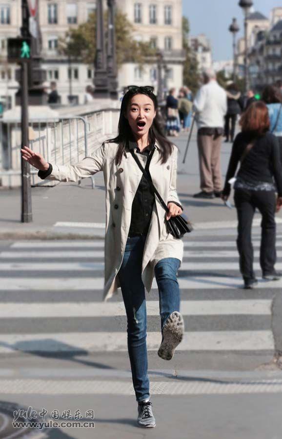 赵子琪漫步街头