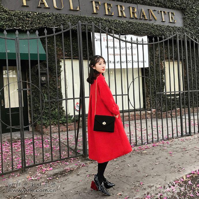 卢洁云身穿红色大衣