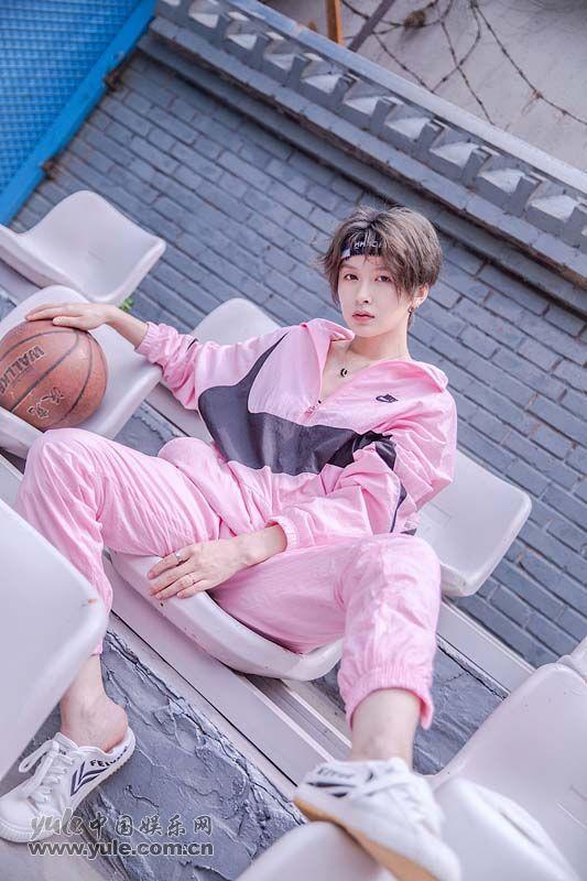 李萌萌粉色运动套装搭配白色运动鞋