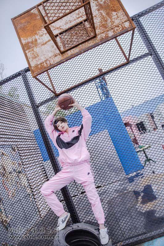 李萌萌着粉色套装