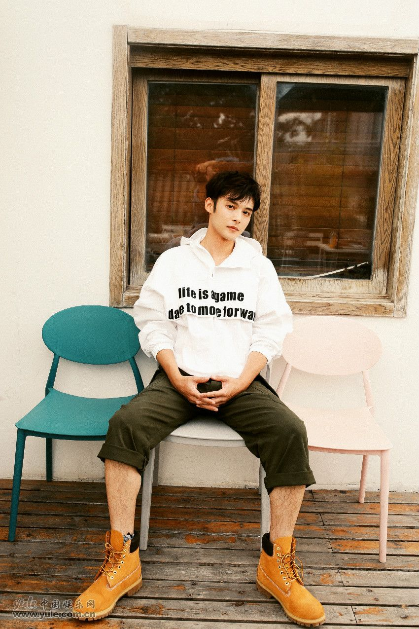陈孟奇白色卫衣青春时尚
